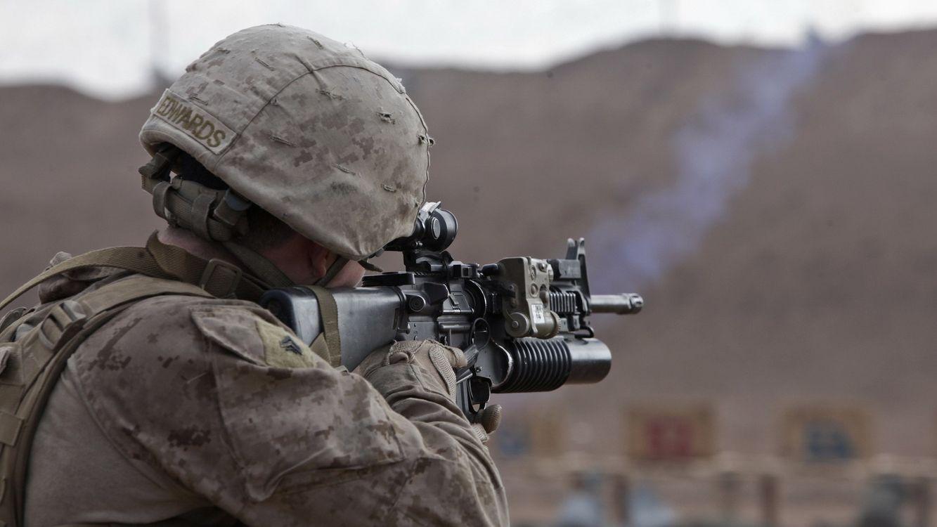 Фото бесплатно винтовка, солдат, прицел, камуфляж, руки, каска, оружие, оружие