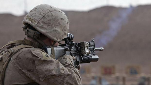 Бесплатные фото винтовка,солдат,прицел,камуфляж,руки,каска,оружие