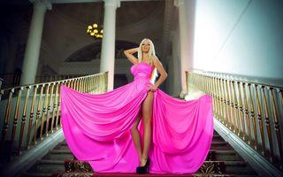 Бесплатные фото блондинка,платье,розовое,ноги,туфли,лестница,девушки