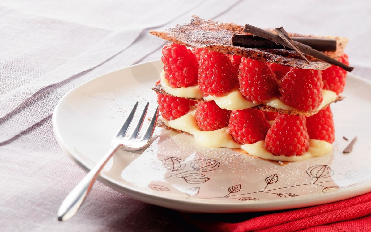 Фото бесплатно десерт, малина, красная, тарелка, вилка, скатерть, еда, еда