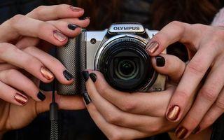 Бесплатные фото фотоаппарат,фотик,пальцы,руки,ногти,маникюр,лак