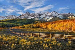 Бесплатные фото горы,поляна,забор,деревянный,небо,облака,снег