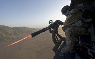 Обои солдат, выстрел, учения, пулемет, огонь, вертолет, война, горы, пустыня, песок, мужчины