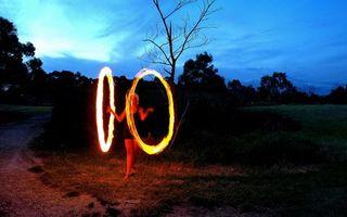 Бесплатные фото вечер,девушка,фаер-шоу,огни,деревья,небо,разное