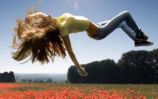 Заставки девушка, поляна, цветы, солнце, небо, прыжок, девушки, настроения