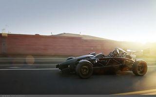 Обои автомобиль, колеса, водитель, шлем, дорога, асфальт, свет, лучи, машины