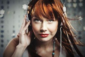 Бесплатные фото девушка, рыжая, бусы, наушники, музыка