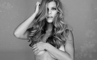 Бесплатные фото long hair,сексуальная,boobs,hand,nina agdal,black and white,эротика