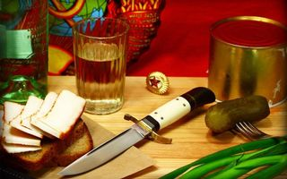 Обои нож, стакан, бутылка, граненый, хлеб, сало, огурец, тушенка, значок, звезда, еда, оружие