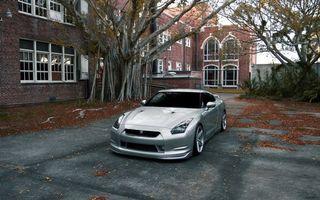 Бесплатные фото nissan,gt-r,серебро,парковка,асфальт,здание,машины