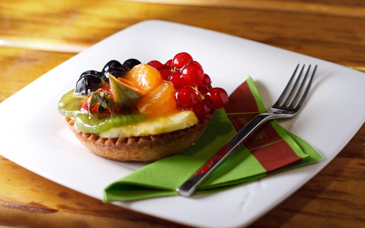 Фото бесплатно десерт, фруктовый, тарелка, вилка, салфетка, стол, еда, еда