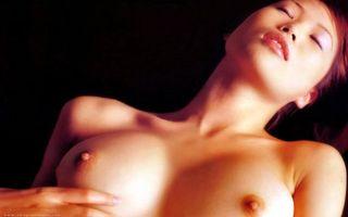 Фото бесплатно девушка, груди, глаза, рука, губы, лежит, эротика
