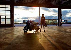 Заставки девушка,глаза,прическа,скутер,гараж,колеса,руль