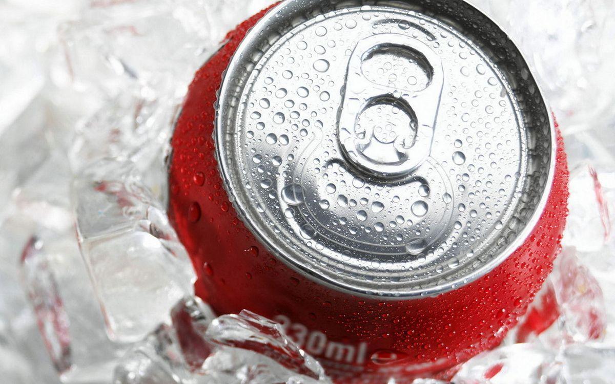 Фото бесплатно кока-кола, банка, жестяная, упаковка, красная, бренд, название, лед, холод, капли, пить, жидкость, напитки, напитки