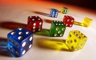 Фото бесплатно кости, разноцветные, игры, фигуры, стол, 3d графика