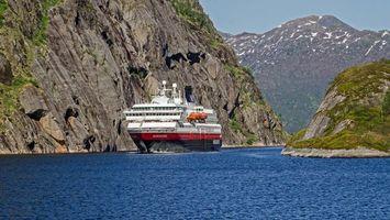 Бесплатные фото море,корабль,плывет,горы,скалы,круиз,разное