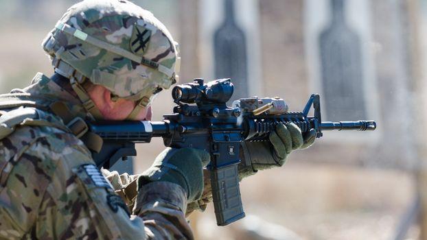 Фото бесплатно мишень, винтовка, прицел, обойма, солдат, каска, оружие