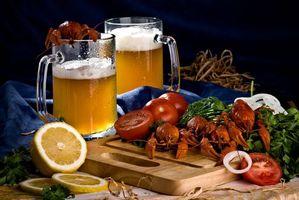 Бесплатные фото стол,пиво,раки,лимон,помидоры,зелень,натюрморт