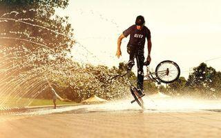 Бесплатные фото велосипед,велосипедист,колеса,кепка,майка,брызги,вода