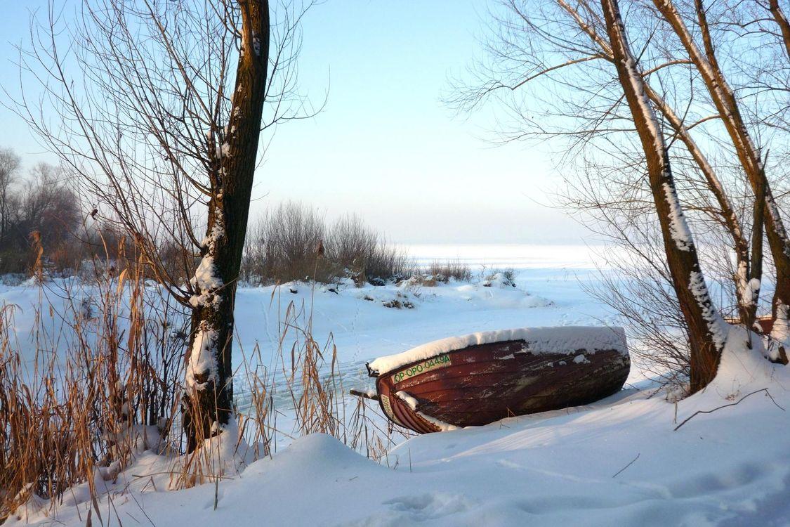 Фото бесплатно зима, замёрзшее озеро, деревья, лодка, пейзаж, зима, разное