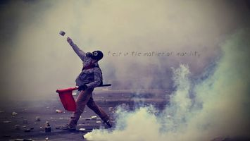Бесплатные фото митинг,беспорядок,парень,противогаз,флаг,шашки дымовые,дым