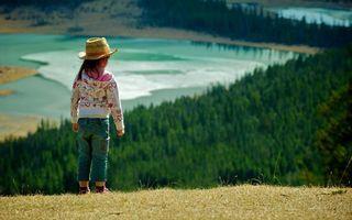 Заставки ребенок, девочка, шляпа, кофта, джинсы, гора, деревья, озеро