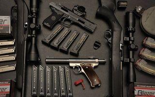 Фото бесплатно пистолет, снайперская винтовка, ружье, стол