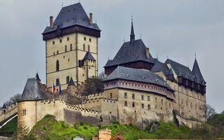 Бесплатные фото замок,окна,крыши,башня,флаги,гора,деревья