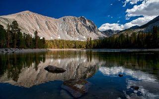 Фото бесплатно озеро, горы, лес, деревья, скалы, камни
