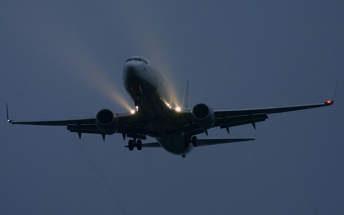 Фото бесплатно самолет, пассажирский, крылья, турбины, фары, полет - на рабочий стол