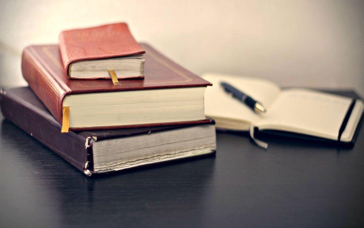 Фото бесплатно книги на столе, ручка - на рабочий стол