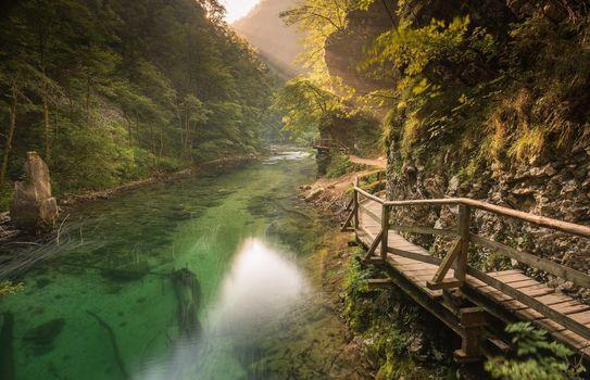 Заставки река между гор, мостик
