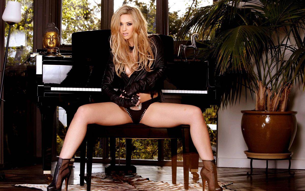 Фото бесплатно фортепиано, трусики, девушка - на рабочий стол