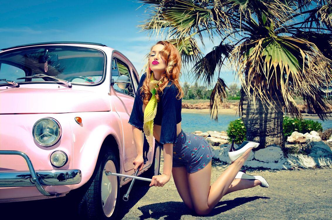 Фото бесплатно девушка, машина, балонный ключ - на рабочий стол