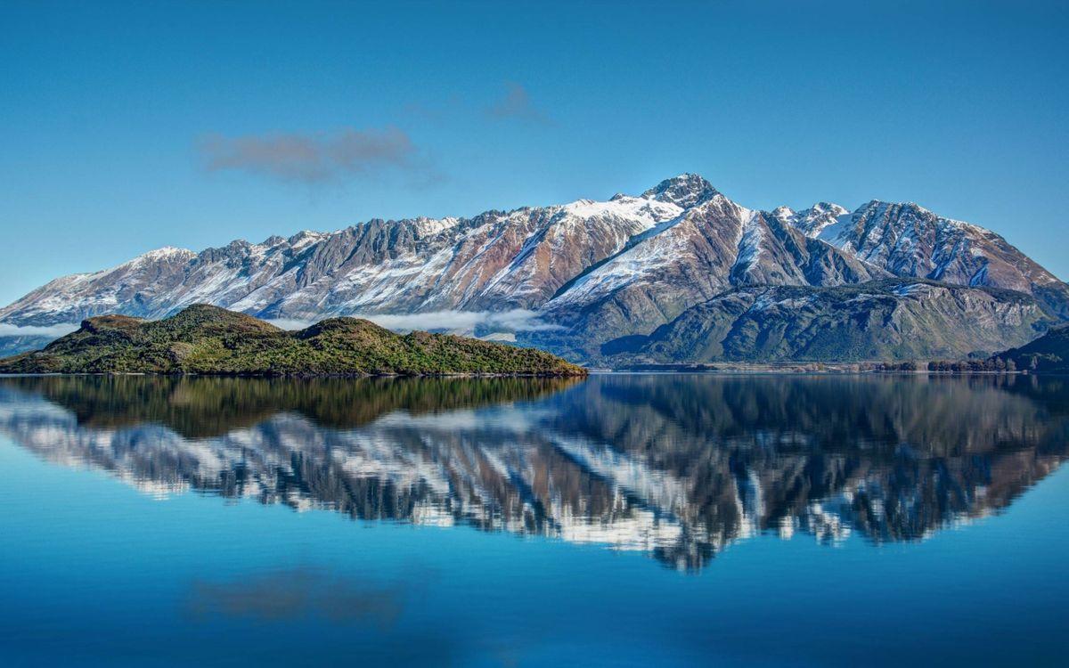Фото бесплатно озеро, гладь, отражение, остров, растительность, берег, горы, скалы, снег, небо, природа - скачать на рабочий стол