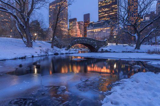 Красивая заставка мост гэпстоу, центральный парк нью-йорк вечер