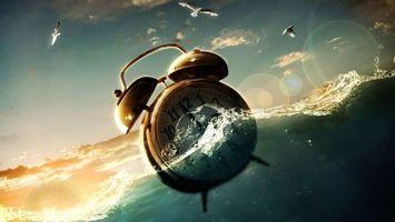 Фото бесплатно будильник, плывет, по волнам