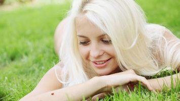 Бесплатные фото блондинка, улыбка, глаза, губы, трава, зеленая, девушки
