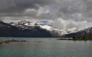 Бесплатные фото озеро,камни,деревья,горы,снег,небо,облака