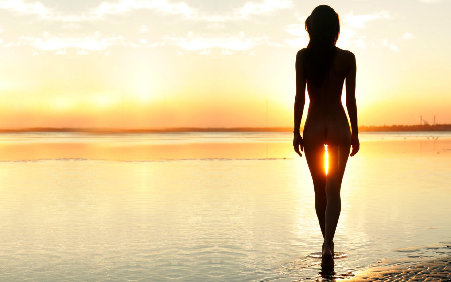 Красивые снимки голой девушки на закате солнца у реки  72626