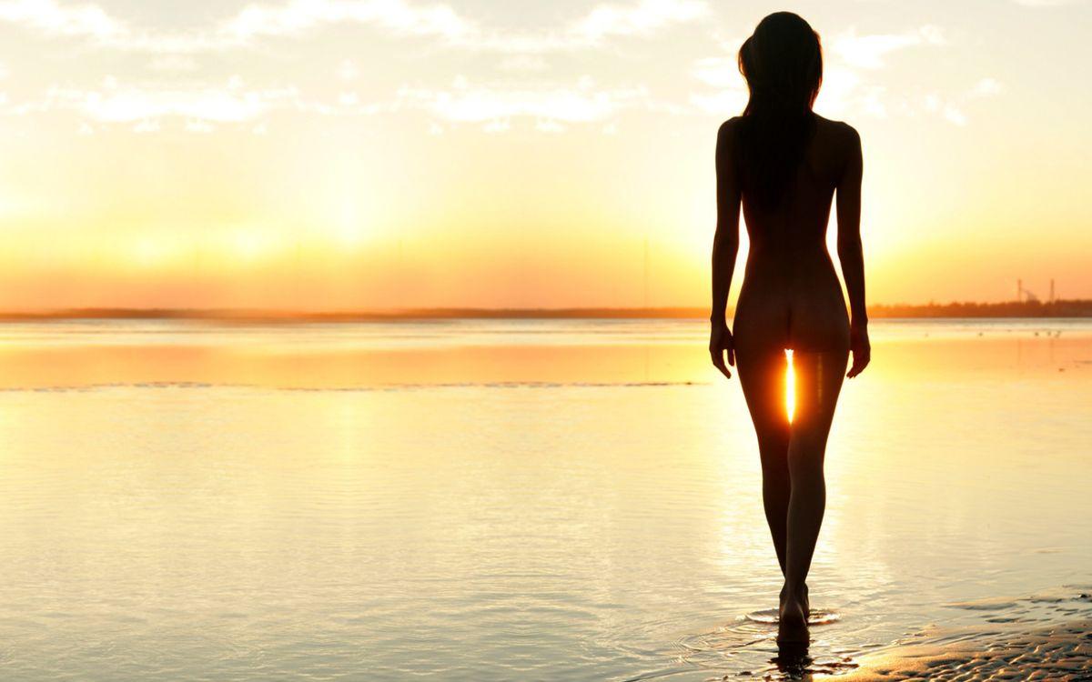 Картинка удачный, ракурс, фото, девушка, фигура, море, песок, девушки на рабочий стол. Скачать фото обои девушки