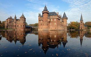 Фото бесплатно замок, дом, купола, крыша, кирпич, море, река, вода, листья, осень, небо, голубое, город, природа