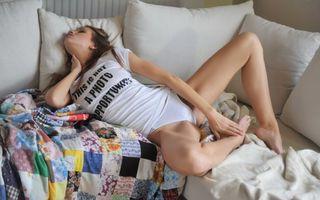 Фото бесплатно девушка, диван, нижнее белье