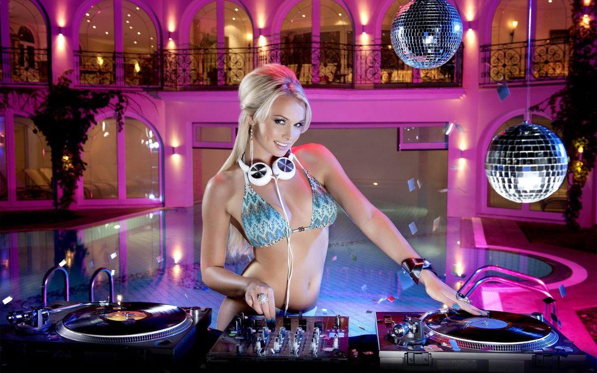 Фото бесплатно блондинка, диджей, красивая, девушка, наушники, дискотека, в купальнике, девушки, музыка, музыка