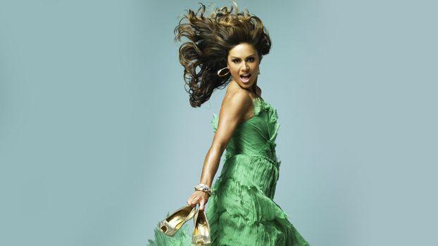 Бесплатные фото nazan,eckes,зеленое,платье,развеваются,волосы,туфли,девушки