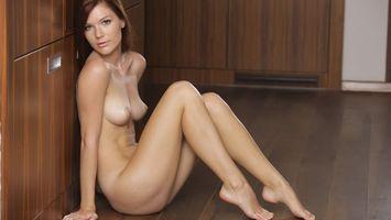 Бесплатные фото девушка,сидит,обнаженная,ноги,груди,соски,эротика