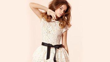 Бесплатные фото девушка,волосы,прическа,фото,рука,платье,лента
