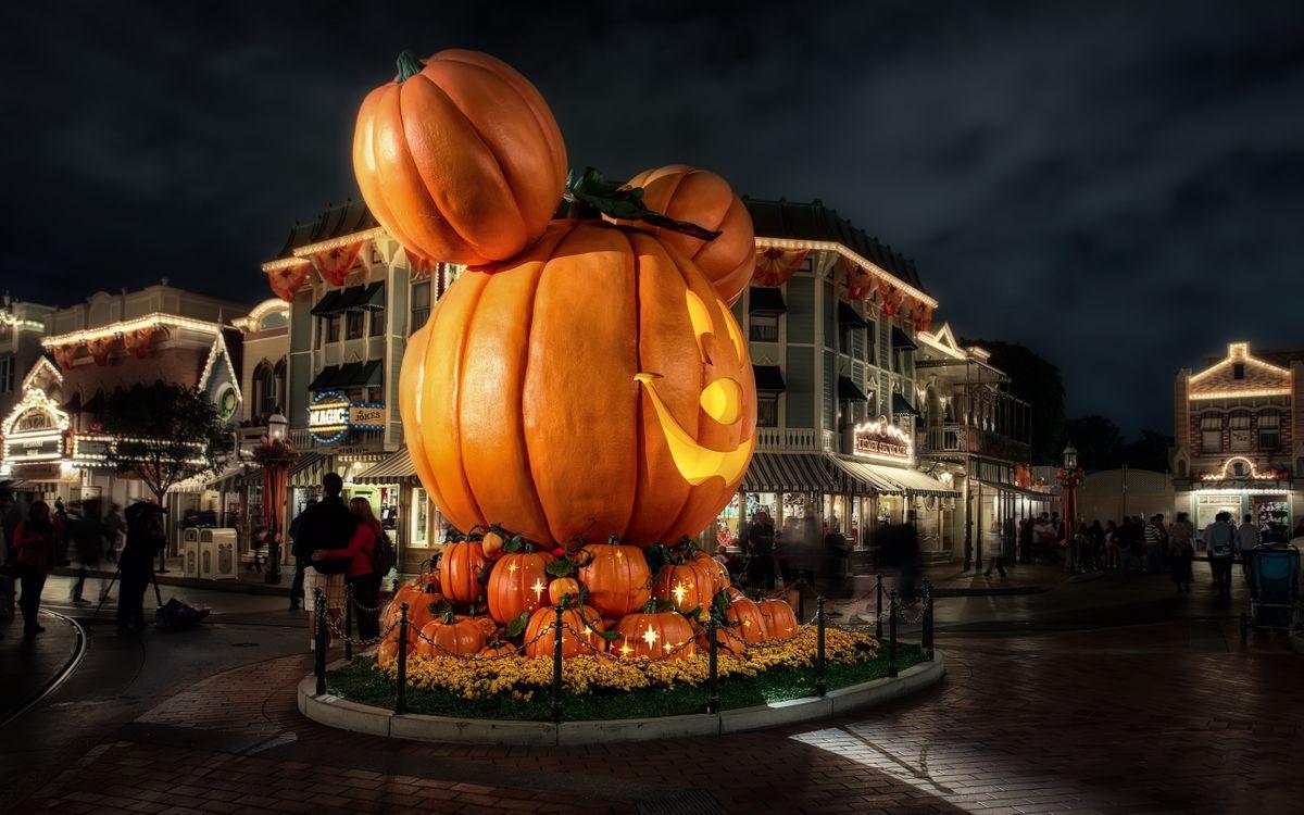 Фото бесплатно хэллоуин, большая, тыква, площадь, люди, ночь, декорации, город, дома, праздники, праздники