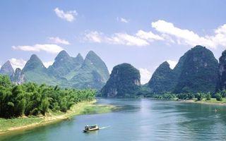 Обои небо, облака, горы, деревья, лес, река, лодка, экскурсия, волны, ветки, природа