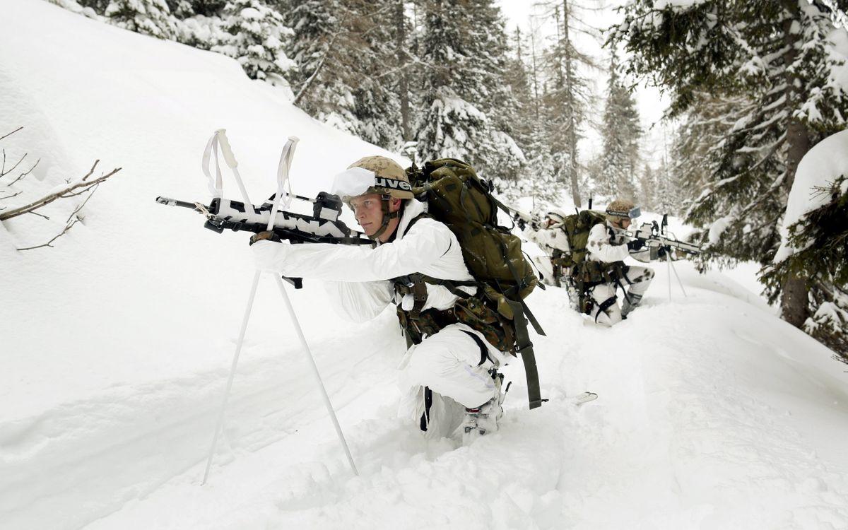 Фото бесплатно разведка, солдаты, зима, лыжи, автоматы, каски, оружие, оружие